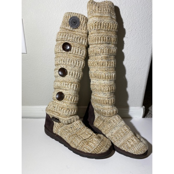 Muk Luks Shelly boots size 9 button tall brown